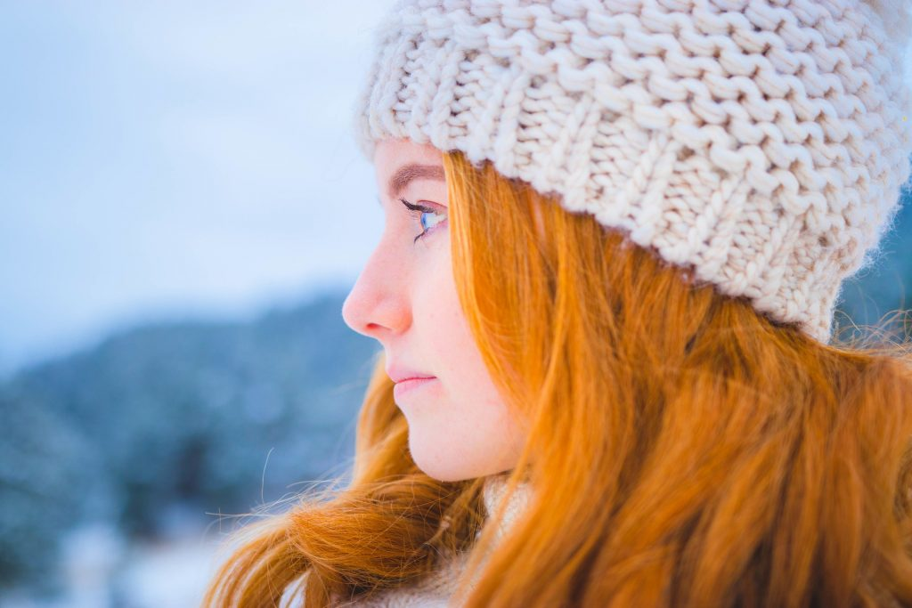 Image of a girl wearing winter clothing in a cold environment. Representing patients who develop dry eye due to cold conditions.